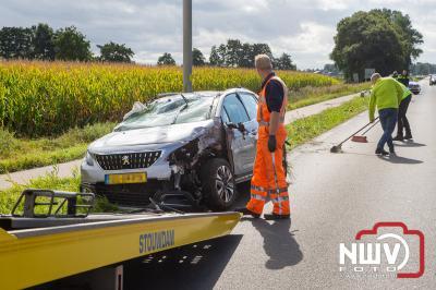 Auto belandt op dak na aanrijding tegen lantarenpaal Zuiderzeestraatweg West Elburg - ©NWVFoto.nl