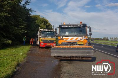 Berging vrachtwagen uit sloot. Onwel geworden chauffeur is vermoedelijk de oorzaak van dit ongeval op de A6 bij Nagele. - ©NWVFoto.nl