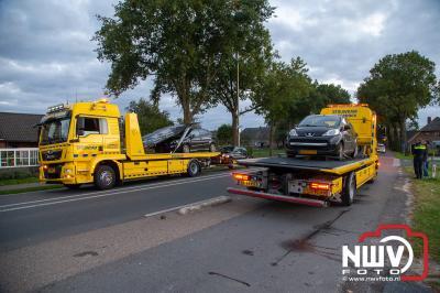 Drie auto's botsten op de Zuiderzeestraatweg West in Doornspijk op elkaar, doordat een bestuurder vermoedelijk een bekende zag fietsen. - © NWVFoto.nl