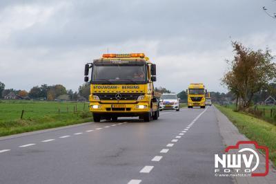 Bestuurder met ambulance mee, nadat hij met zijn auto in de sloot naast de Westerweg terecht was gekomen in Oldebroek. - © NWVFoto.nl