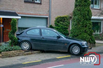 Automobilist heeft vermoedelijk bocht met te hogesnelheid genomen en kan auto niet meer op de weg houden. - © NWVFoto.nl