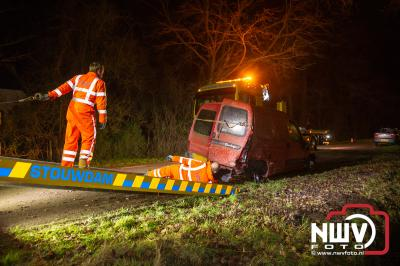 Auto knalt op geparkeerde auto langs de Stadsweg op 't Harde en belanden beiden in sloot. - ©NWVFoto.nl