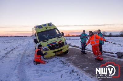 Bergingsbedrijf Stouwdam liert ambulance weer op de Oude Zeeweg in Doornspijk. - ©NWVFoto.nl
