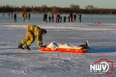 Hulpdiensten moeten persoon van het ijs halen met redbrancard, na ongeval met ijszeiler op het Veluwemeer boven Doornspijk. - © NWVFoto.nl
