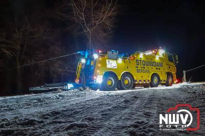 Een brandweervoertuig van Nunspeet kon niet meer uit een weiland komen, na hulpverlening brand caravan Oude Zeeweg Doornspijk. - ©NWVFoto.nl
