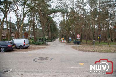 Bezoekers parkeren massaal langs de Bovenweg in Doornspijk na het inrijverbod naar Zandverstuiving. - ©NWVFoto.nl