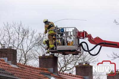 Brandweer veegt schoorsteenkanaal na dat deze inbrand had gestaan. - ©NWVFoto.nl