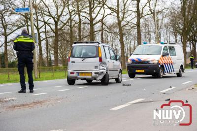 Voorgesorteerde auto wordt van achteren aangereden, auto belandt gedeeltelijk in sloot naast Zuiderzeestraatweg Doornspijk. - © NWVFoto.nl