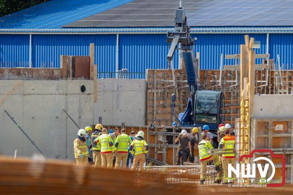 Bouwvakker valt op stalen pin op bouwterrein Nunspeet, traumahelikopter geland - © NWVFoto.nl