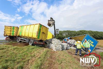 Chauffeur gestoken door bij, beland in sloot naast A6 tussen de Ketelbrug en afslag Nagele.  - © NWVFoto.nl