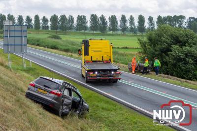 Vrachtwagenchauffeur kan geschaarde auto met aanhanger niet meer ontwijken, met drie zwaargewonden als gevolg. - © NWVFoto.nl