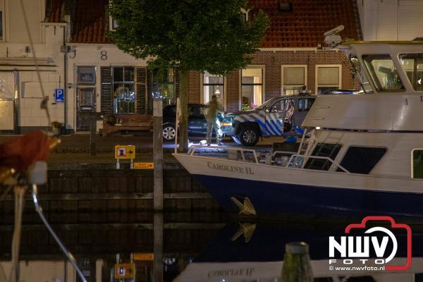 Toeristen vissen springgranaat uit haven Elburg tijdens het magneetvissen. - © NWVFoto.nl