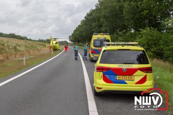 Traumahelikopter uit Groningen landt op toerit A28 't Harde voor rendez-vous - © NWVFoto.nl