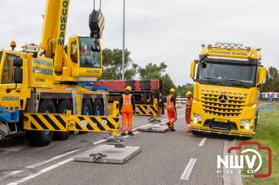 Vrachtwagen gekanteld op de Frieseweg in IJsselmuiden, chauffeur gewond naar het ziekenhuis - © NWVFoto.nl