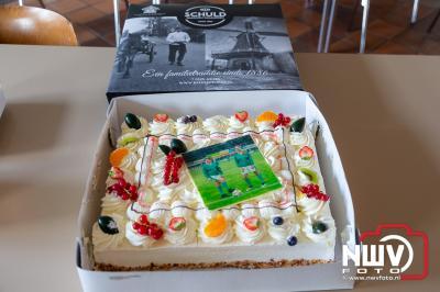 Groenploeg van Owios neemt eerste exemplaar presentatiegids 2021/ 2022 in ontvangst. - © NWVFoto.nl