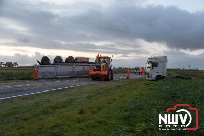 Oplegger vol met slachtafval gekanteld op de N50 bij Kampen - © NWVFoto.nl